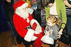 W Ozorkowie Mikołaj rozdał ponad 600 prezentów1
