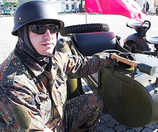 Z flagą i... granatem jeździ po Ozorkowie1