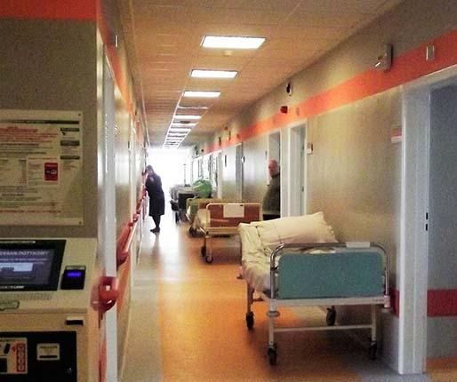W szpitalu przybywa chorych