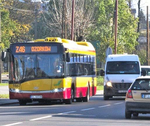 Pasażerowie wypatrują autobusów