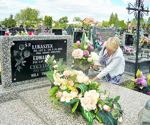 Kontrowersje na cmentarzu. Kto naprawi uszkodzony pomnik?