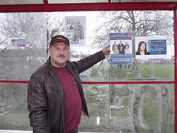 Andrzej Krzyżaniak pokazuje plakat wyborczy wójta