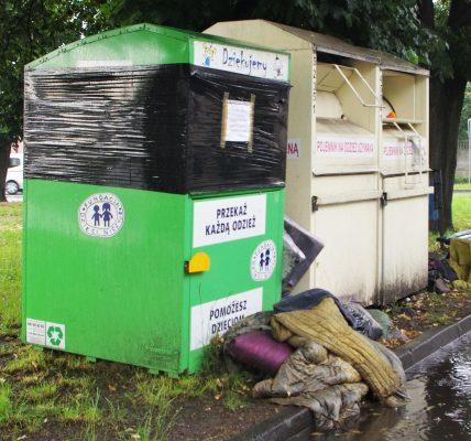 śmieci przy pojemnikach