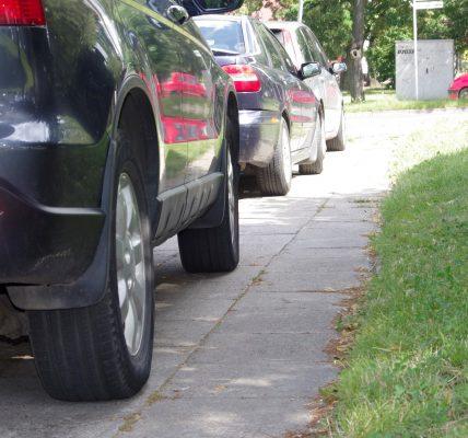 auta na chodniku