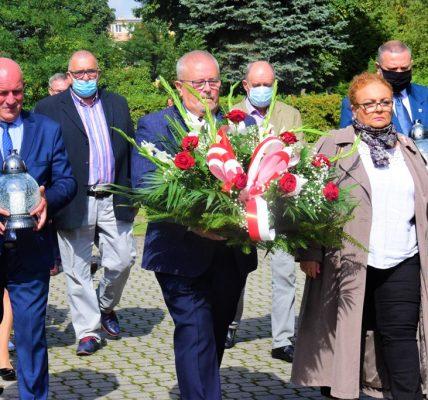 burmistrz składa kwiaty