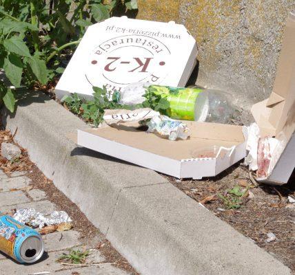 śmieci na placu targowym