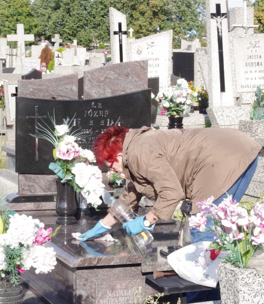 porządki na cmentarzu