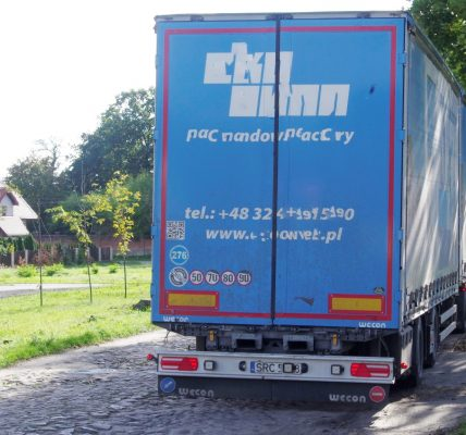 ciężarówki niszczą drogę