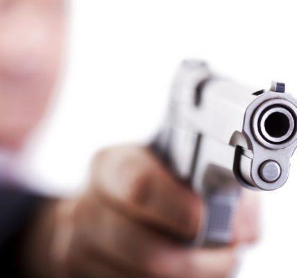 strzelił z pistoletu