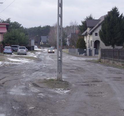 słup pośrodku drogi