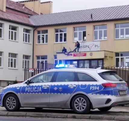 policja przed szkołą