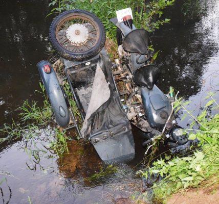 motocyklista w rzece
