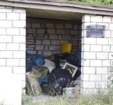 święty obraz w śmieciach